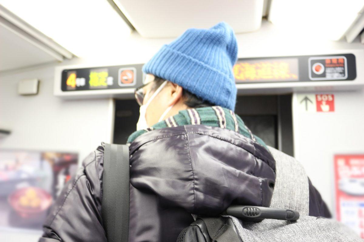 電車でリュックは座る時どうする?迷惑行為にならない方法