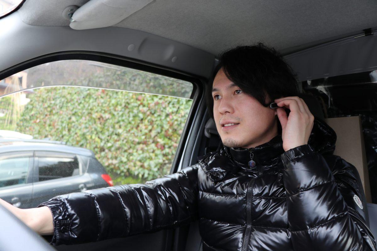運転中にイヤホンを両耳につけてはいけない?運転ルールとは